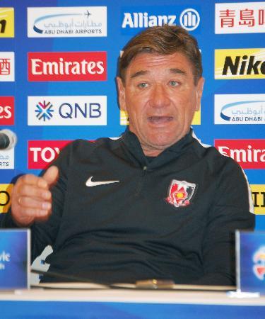 上海上港戦を前に、記者会見する浦和のペトロビッチ監督=10日、埼玉スタジアム