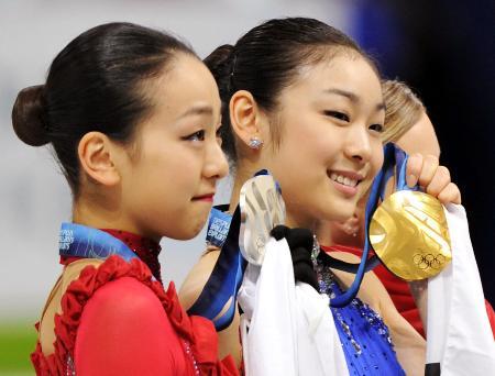 2010年2月、バンクーバー五輪で2位になり、目に涙を浮かべる浅田真央。右は優勝した韓国のキム・ヨナ(共同)