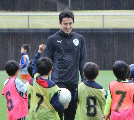 サッカースクールを開校し、小学生らを指導する日本代表の長谷部=11日、静岡県藤枝市