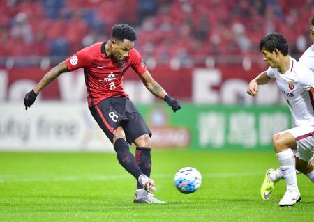 浦和―上海上港 前半、先制ゴールを決める浦和・ラファエルシルバ(左)=埼玉スタジアム