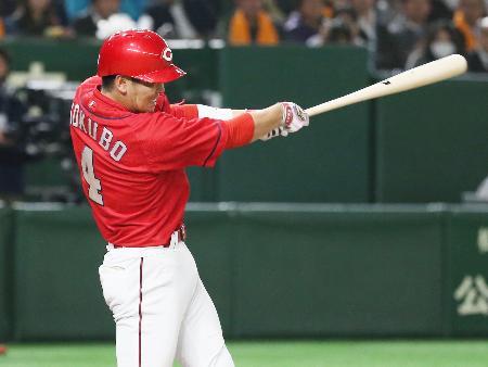 7回広島1死二塁、小窪が左前に勝ち越し打を放つ=東京ドーム