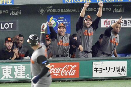 キューバ―オランダの3回、バレンティン(手前)の2打席連続本塁打に大喜びのオランダベンチ=東京ドーム