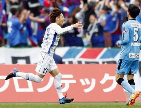 J1 川崎―甲府 試合終了間際、先制ゴールを決め駆けだす甲府・河本(左)=等々力