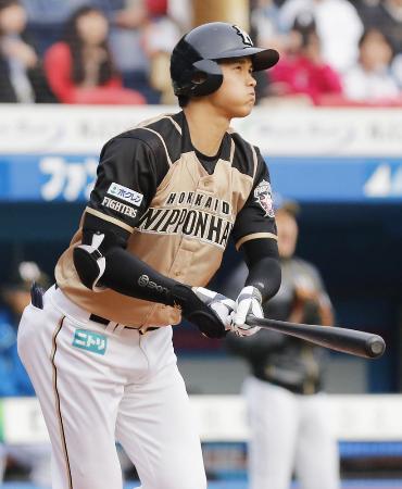 5日のロッテ戦で本塁打を放つ日本ハムの大谷=ZOZOマリン