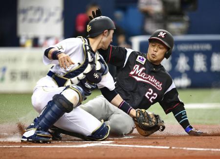 6回ロッテ1死一、三塁、鈴木のセーフティースクイズで三走田村が生還。捕手伊藤=京セラドーム