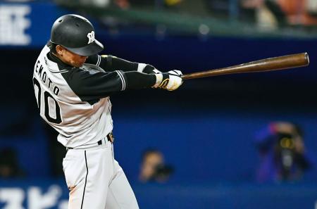 4回阪神2死満塁、上本が中前に適時打を放つ=横浜