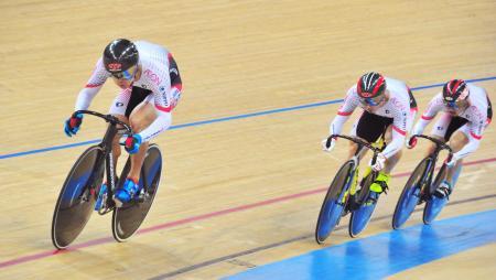 男子チームスプリントで7位に入った日本の(左から)長迫、新田、渡辺=香港(共同)