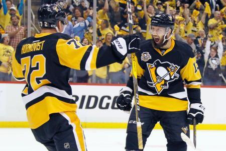 ブルージャケッツ戦で得点を喜ぶペンギンズのボニノ(右)=ピッツバーグ(AP=共同)