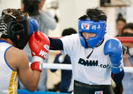 WBO世界バンタム級タイトルマッチに向け、練習を公開した挑戦者の大森将平=京都市