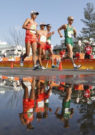 荒井広宙(左)が銅メダルを獲得したリオ五輪の50キロ競歩=2016年8月、リオデジャネイロ(共同)