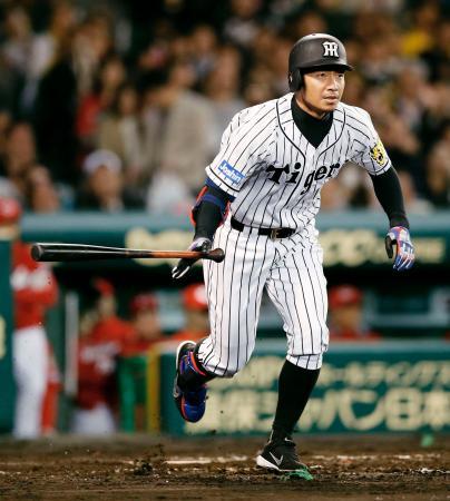 3回阪神1死満塁、鳥谷が右翼線に2点二塁打を放つ=甲子園
