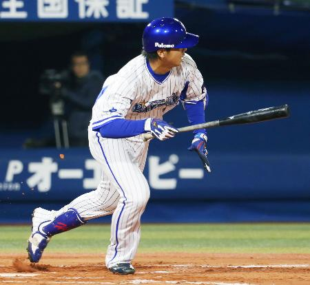 10回DeNA1死三塁、白崎がサヨナラとなる三塁への内野安打を放つ=横浜