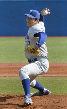 東京六大学野球リーグの新人戦「フレッシュリーグ」慶大戦に先発した東大3年の40歳、伊藤一志投手=15日、神宮球場