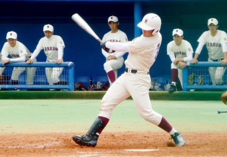 春季東京大会準々決勝の駒大高戦で、高校通算80本目となる本塁打を放つ早実の清宮=神宮第二