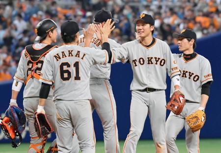 中日に勝利し、タッチを交わす坂本勇(右から2人目)ら巨人ナイン=ナゴヤドーム