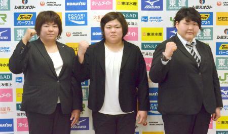 記者会見でポーズをとる柔道女子の(左から)山部佳苗、田知本愛、朝比奈沙羅=15日、横浜文化体育館