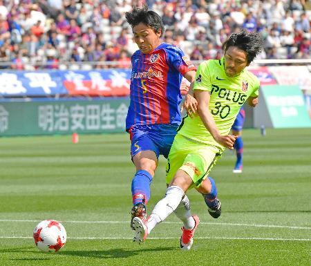 FC東京―浦和 前半、先制ゴールを決める浦和・興梠(右)=味スタ