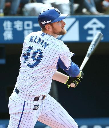4回DeNA2死満塁、クラインが右前に逆転の2点打を放つ=横浜