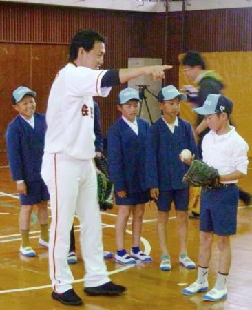熊本県益城町の飯野小を訪問し、子どもたちと交流する巨人の長野=17日