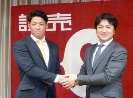 育成選手から支配下選手に登録され、高橋監督(右)と握手する巨人の篠原=17日、熊本市