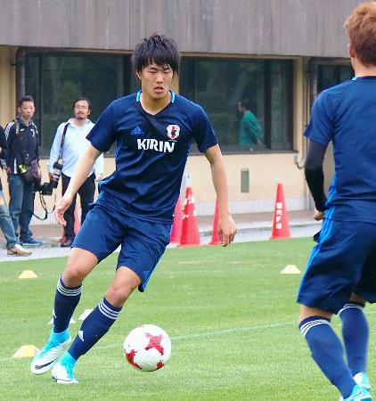 サッカーのU―20日本代表候補合宿で、調整する小川=17日、千葉県習志野市