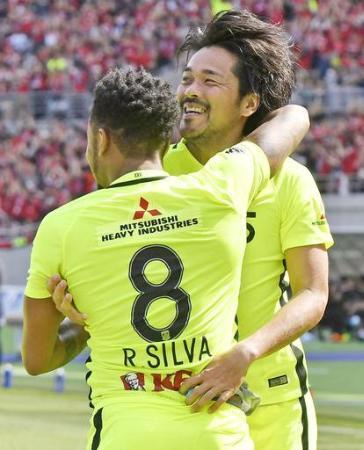 J1 FC東京―浦和 前半、先制ゴールを決め、ラファエルシルバ(8)と抱き合って喜ぶ浦和・興梠=味スタ