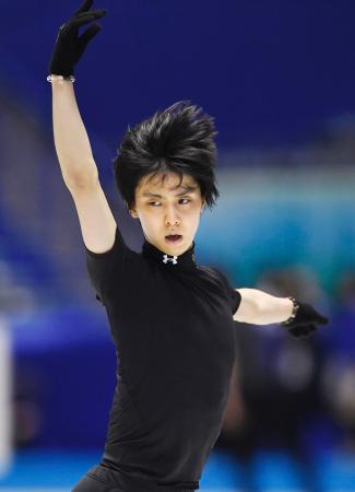フィギュアスケートの世界国別対抗戦の公式練習で、調整する羽生結弦=国立代々木競技場