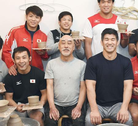 陶芸を体験し、記念写真に納まる柔道の男子日本代表の阿部一二三(後列左)、井上康生監督(前列右)ら=19日午後、神奈川県藤沢市