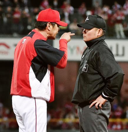 7回、小窪の一塁アウトの判定を巡り、山路審判員に抗議する広島・緒方監督。この後、退場処分となる=マツダ