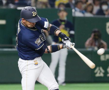 7回オリックス1死一塁、宮崎が左越えにこの試合2本目の本塁打となる2ランを放つ=東京ドーム