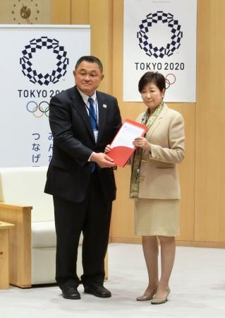 2020年東京五輪での新種目採用に向け、ビゼール会長からの親書を東京都の小池百合子知事(右)に手渡すIJFの山下泰裕理事=21日午前、東京都庁