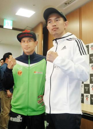 WBAフライ級世界戦の予備検診を終え、ポーズをとる王者井岡一翔(右)と挑戦者ノクノイ・シットプラサート=21日、大阪市