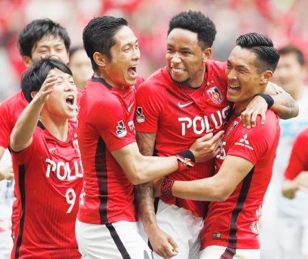 浦和―札幌 前半、先制ゴールを決め、槙野(右端)らに祝福される浦和・ラファエルシルバ(右から2人目)=埼玉スタジアム
