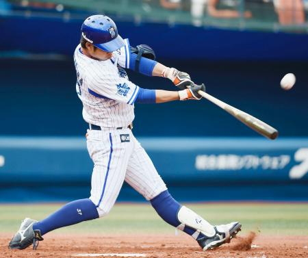 2回DeNA2死一、二塁、桑原が左越えに3ランを放つ=横浜