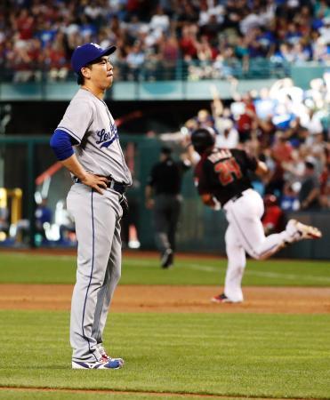 ダイヤモンドバックス戦の1回、トマス(右)に2者連続となる本塁打を浴びたドジャース・前田=フェニックス(共同)