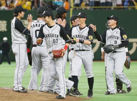 巨人に勝利し、タッチを交わす福留(右端)ら阪神ナイン=東京ドーム