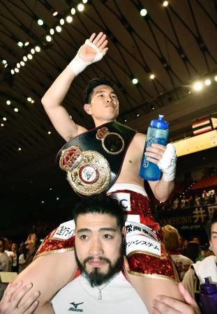 判定勝ちで5度目の防衛に成功し、ファンの声援に応える井岡一翔=エディオンアリーナ大阪
