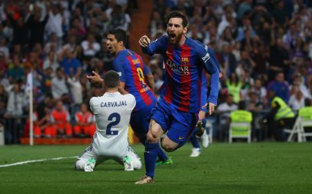 「クラシコ」で決勝点を決め、喜ぶバルセロナのメッシ(右)=23日、マドリード(ロイター=共同)