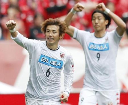 J1 浦和―札幌 前半、ゴールを決め喜ぶ札幌・兵藤。右は都倉=埼玉スタジアム