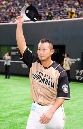 ソフトバンクに勝利して連敗を10で止め、ファンの声援に応える日本ハム・中田=ヤフオクドーム