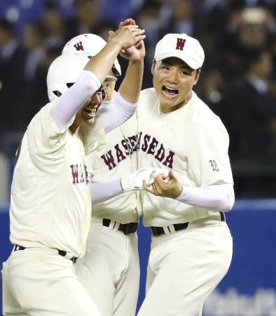高校野球の春季東京大会決勝で日大三高にサヨナラ勝ちし、喜ぶ清宮(右)ら早実高ナイン=27日、神宮球場