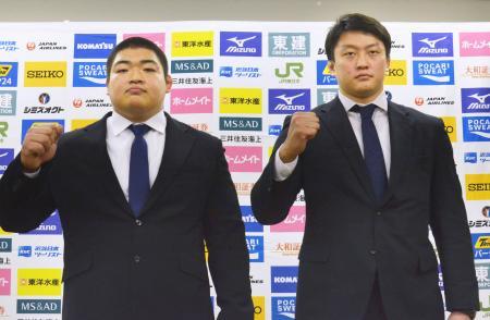 記者会見でポーズをとる王子谷剛志(左)と原沢久喜=28日、東京都文京区の講道館