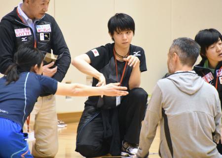 平昌冬季五輪に向けたJOCの研修会に参加した、フィギュアスケート男子の羽生結弦(中央)=東京都北区の味の素ナショナルトレーニングセンター