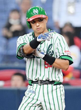 7回、中前に復帰後初安打を放ち、三塁ベンチを指さすソフトバンク・川崎=京セラドーム