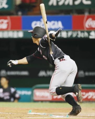 6回ロッテ1死一、二塁、荻野が右翼線に同点二塁打を放つ=メットライフドーム