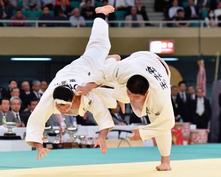 決勝 ウルフ・アロン(左)を攻める王子谷剛志。延長の末、優勢勝ちで優勝を果たした=日本武道館