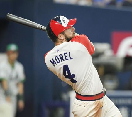 3回オリックス1死満塁、モレルが中越えに走者一掃の二塁打を放つ=京セラドーム