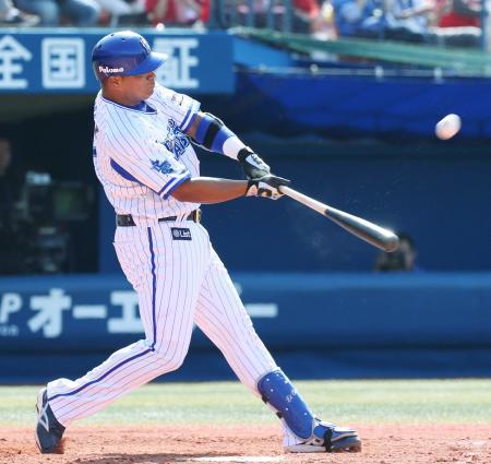 3回DeNA無死、ロペスが左越えに満塁本塁打を放つ=横浜
