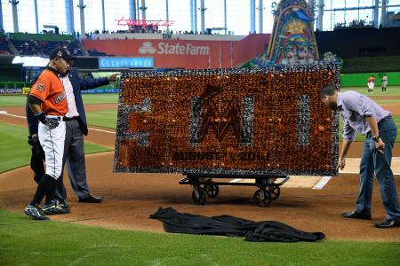 通算3千安打すべての写真が入った大型パネルを贈呈されたイチロー外野手(左)=30日、マイアミ(ゲッティ=共同)