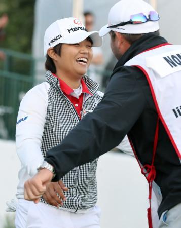 プレーオフを制し、喜ぶ野村敏京(左)。米ツアー3勝目を挙げた=ラスコリナスCC(共同)